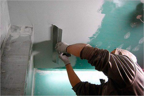 Процесс шпаклевания потолка