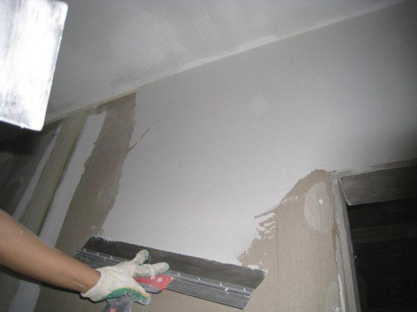 Перед окраской нужно тщательно подготовить поверхность стены