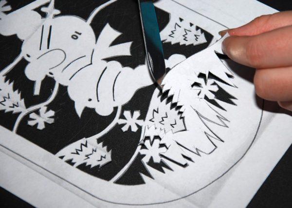 Подготовка трафарета для новогоднего рисунка