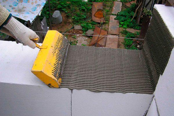 Укладка на клеящее средство проще чем на цементный раствор