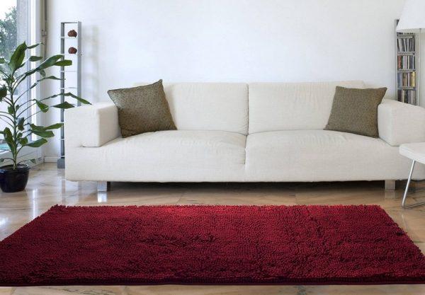 Бордовый ковер в белом интерьере