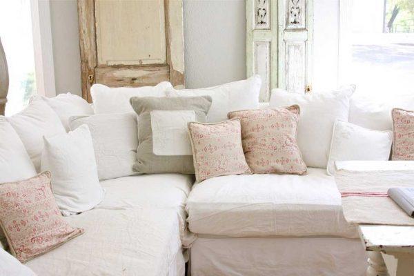 Диванные подушки в пастельных тонах