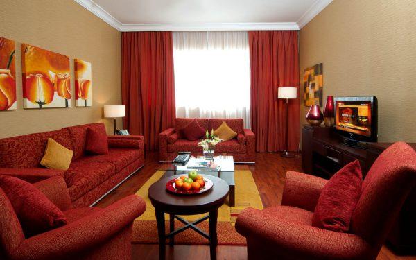 Темно-красные тона отлично подходят для оформления гостиной