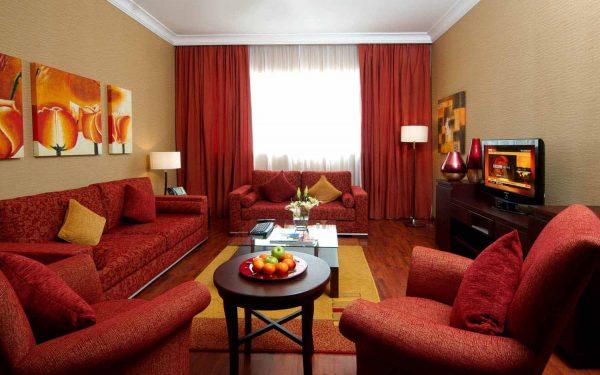 Красная мебель и шторы