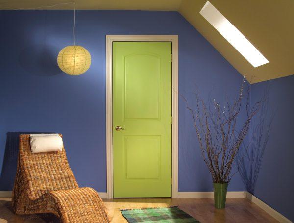 Обрамление яркой двери