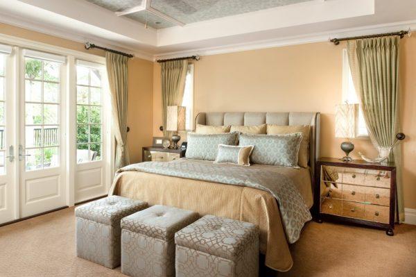 Песочные стены в спальне