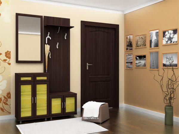 В коридоре темно-коричневый лучше использовать на светлом фоне