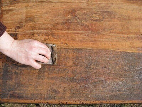 Перед нанесением нужно удалить старое покрытие