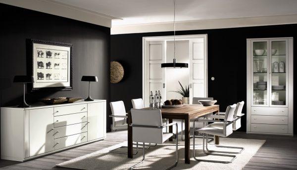 Светлая мебель на фоне темных стен