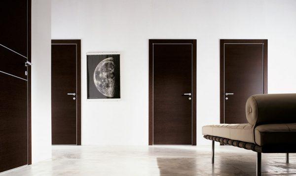 Темные двери на фоне светлых стен
