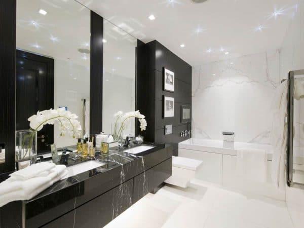 Ванная комната с комбинации черного и белого цвета