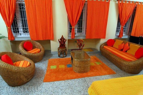 Оранжевые стены и ковер