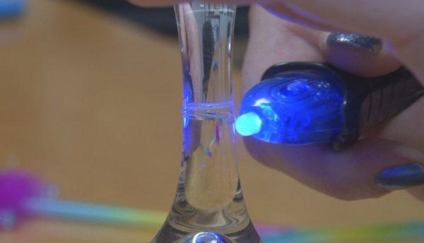 Отвердевание клея происходит под воздействием ультрафиолета