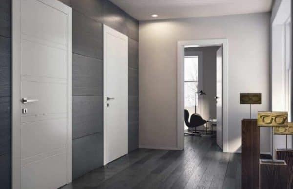Темный пол и светлые двери