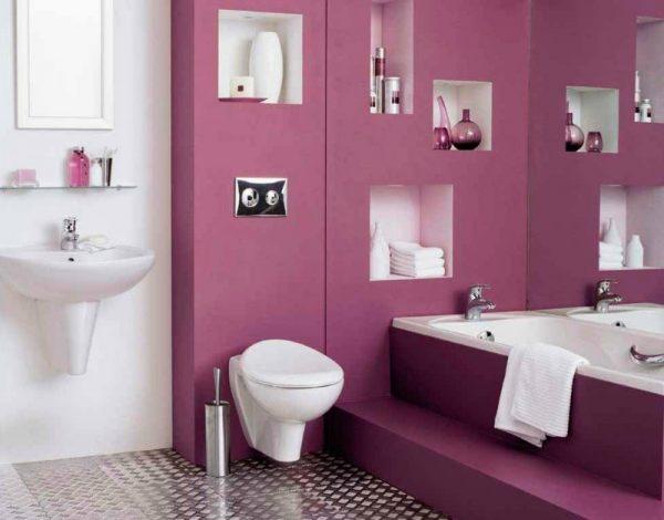 Белая сантехника на фоне фиолетовых стен