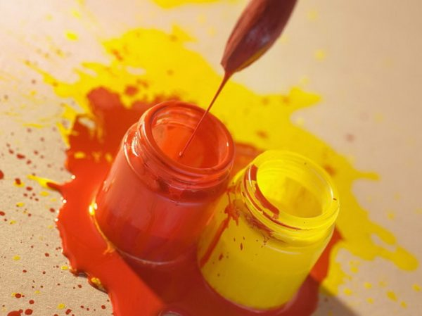 Смешение красной и желтой краски