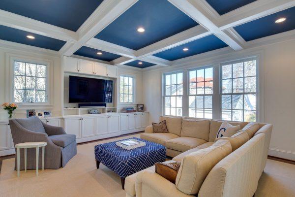 Синий потолок в зале