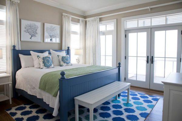 Спальня в сине-бежевых тонах