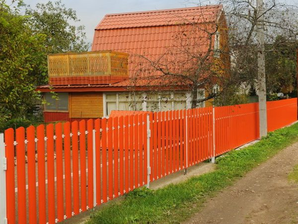 Оранжевый забор