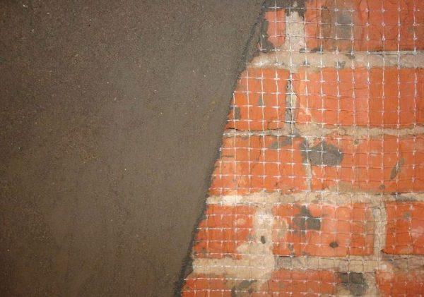 Армирующая сетка на кирпичной стене
