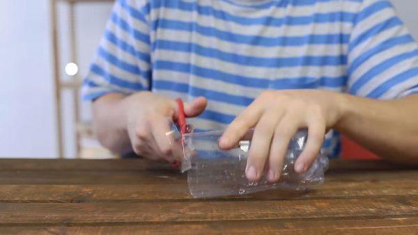 Ножницами нарезаем полоски