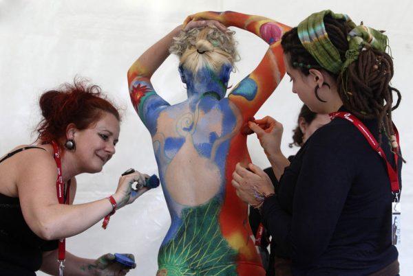 Художники наносят краску