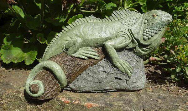 Скульптура хамелеон