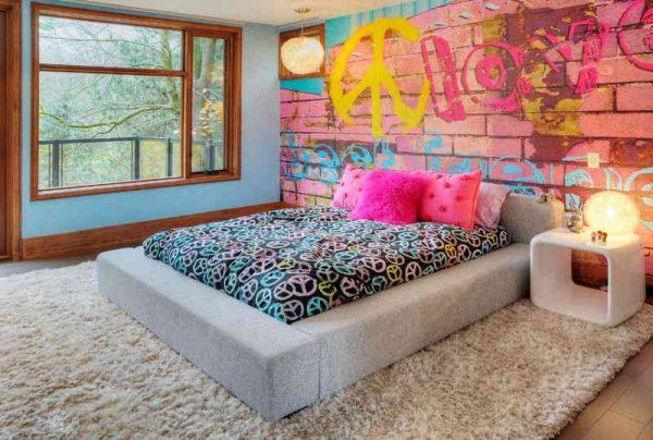 Двухместная кровать в спальне