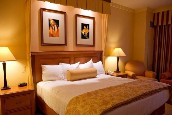 Интерьер спальни в желтых тонах