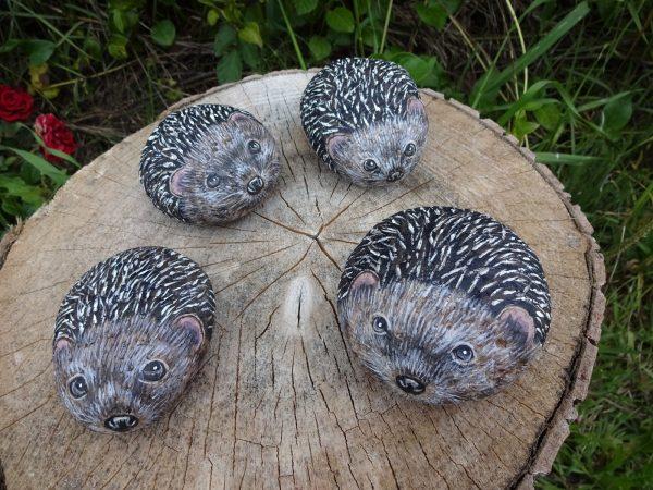 Изображение животных на камнях