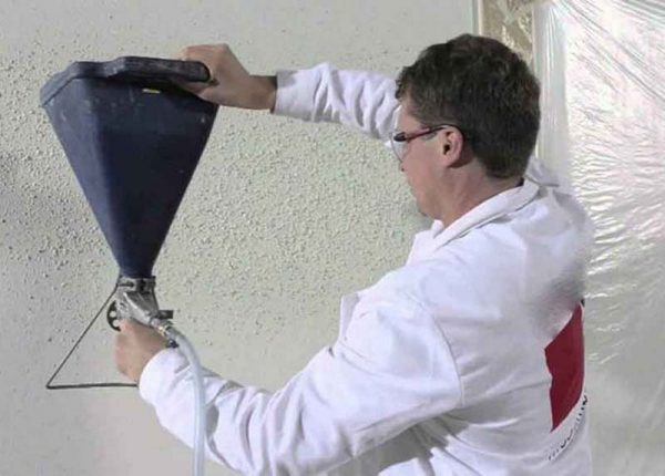 Нанесение флока на стену из пневмопистолета