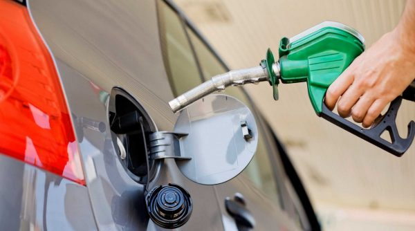 Попадание бензина на ЛКП автомобиля при заправке