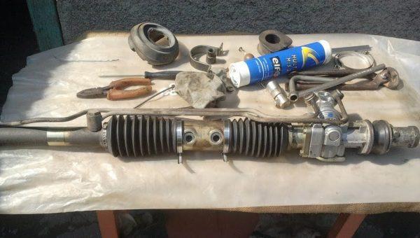 Использование герметика при ремонте рулевой рейки позволяет устранить шум при ее работе