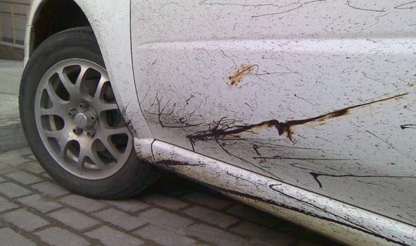 Следы гудрона на капоте автомобиля
