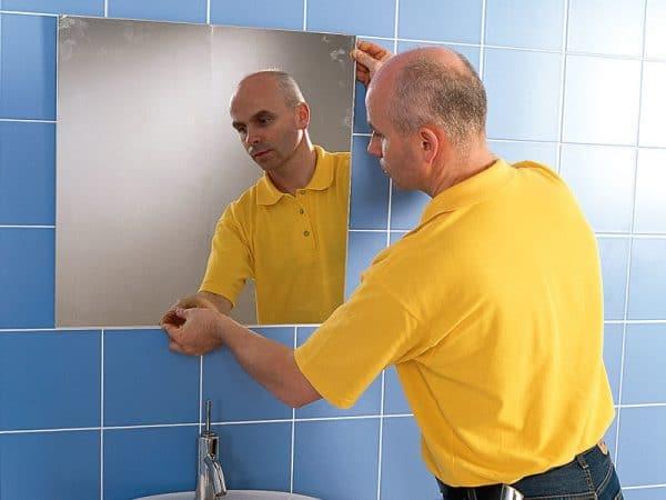 Монтаж зеркала в ванной на герметик