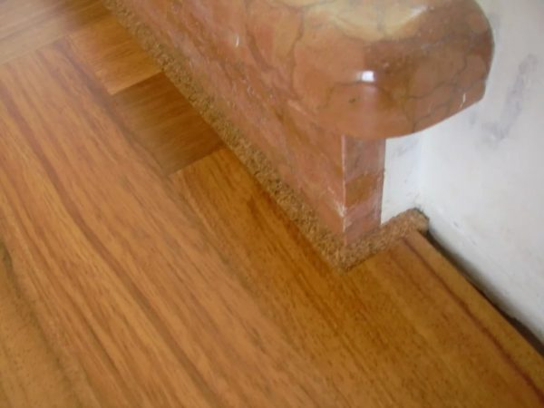 Заполнение швов между стеной и полом