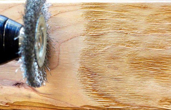 Процесс брашировки дерева болгаркой