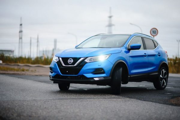 Nissan Qashqai темно-синего цвета