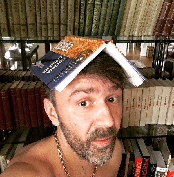 В квартире Сергея Шнурова имеется довольно много книг