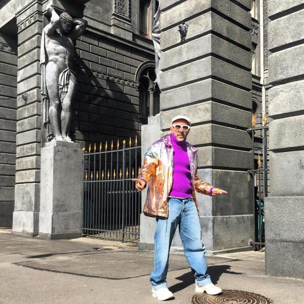 Скульптуры атлантов украшают фасад здания