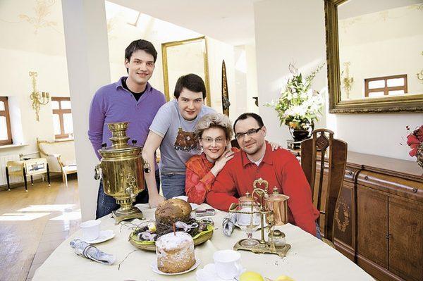 Елена Малышева с семьей в своей квартире