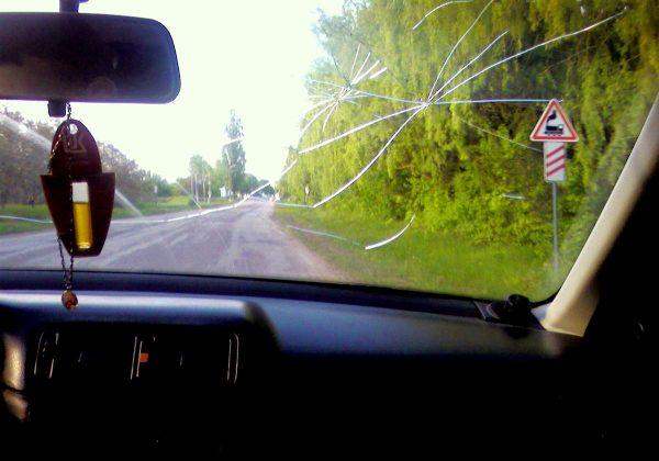 Езда на автомобиле с трещиной на стекле может привести к штрафу