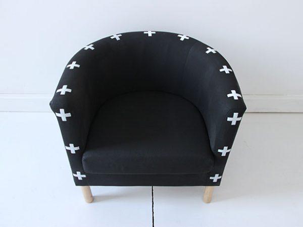 Обновленное кресло с трафаретными узорами