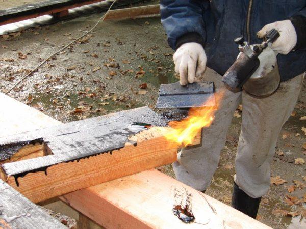 Обработка дерева горячей битумной мастикой