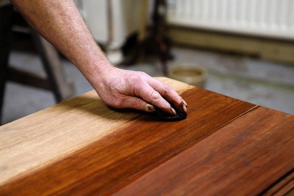 Обработка деревянной столешницы морилкой