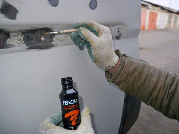 Обработка повреждений на кузове преобразователем ржавчины