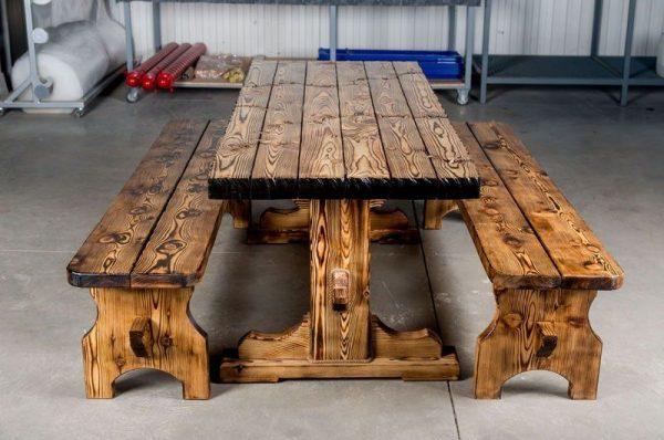 Столик и скамейки из обоженного дерева