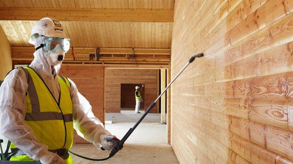 Огнезащитная обработка деревянных конструкций с помощью распылителя