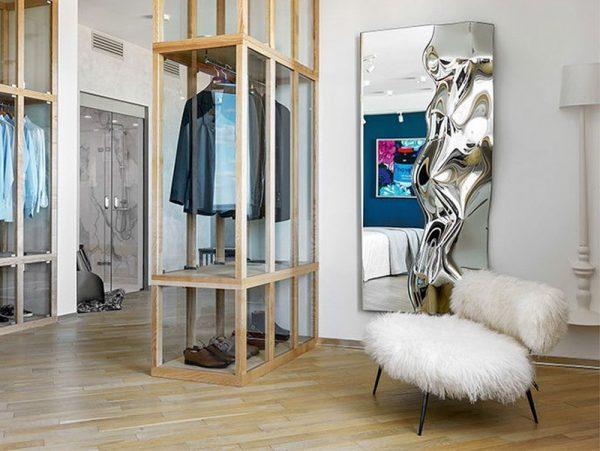 Оригинальное зеркало Fiam в гардеробной