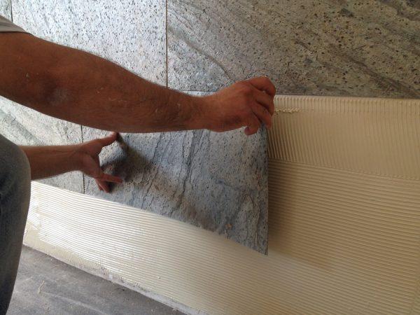 Отделка стен плитками из гибкого камня